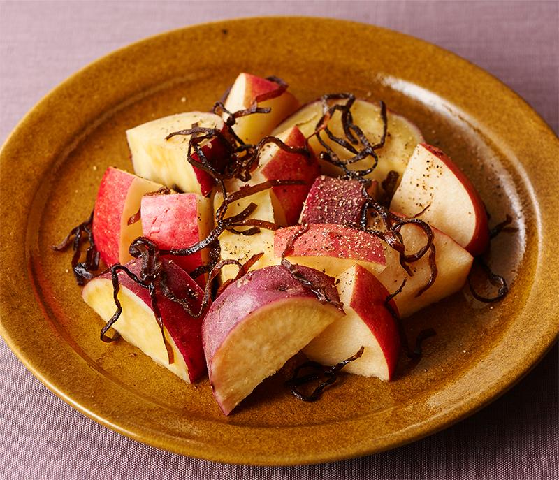 りんごとさつまいもの塩昆布和えが器に盛り付けられている