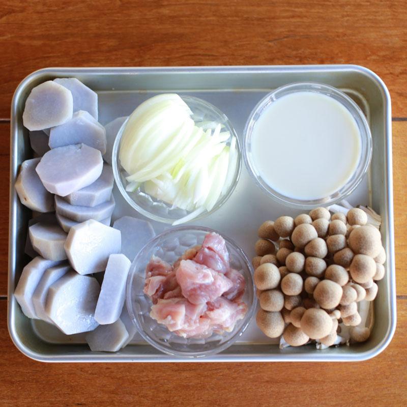 バットに置かれた里芋グラタンの材料