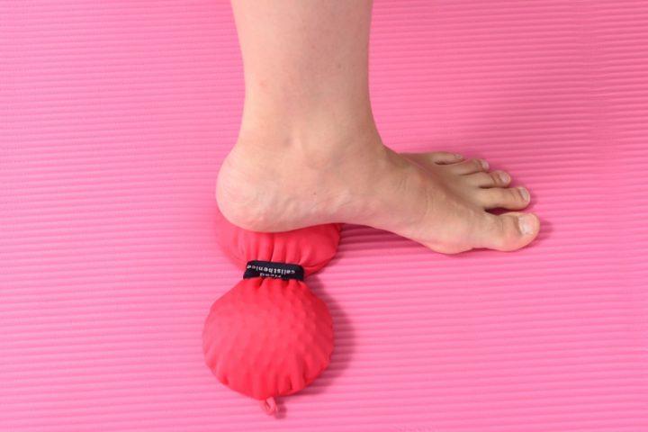 『あたま体操ボール』で足裏をマッサージするライターY