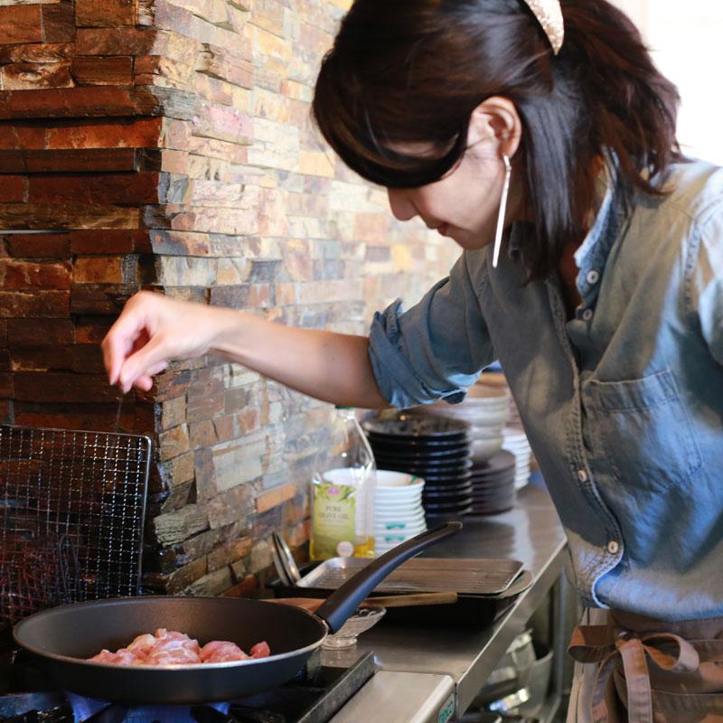 フライパンで里芋グラタンを作る市橋有里