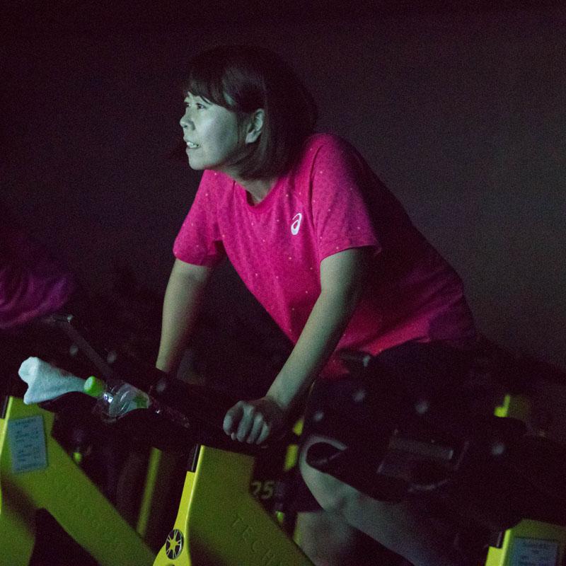 「CYCLE & STUDIO R」VRサイクル『THE TRIP』で自転車を漕ぐ女性ライター