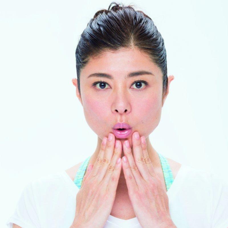 あごに両手を添える間々田佳子さん