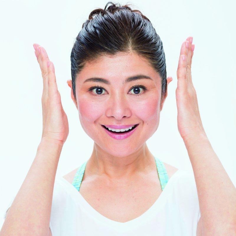 両手を顔の両サイドにもってくる間々田佳子さん
