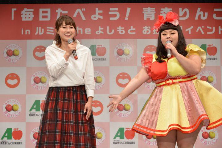 マイクを持って話す岡崎朋美と渡辺直美