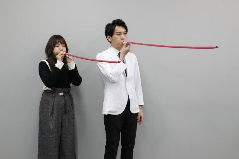 ピロピロ笛を吹く野呂佳代と工藤孝文さん