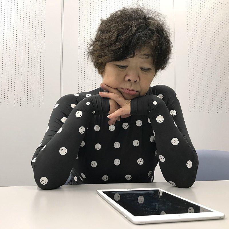 ZOZOSUITを着てiPadの画面を見つめるオバ記者