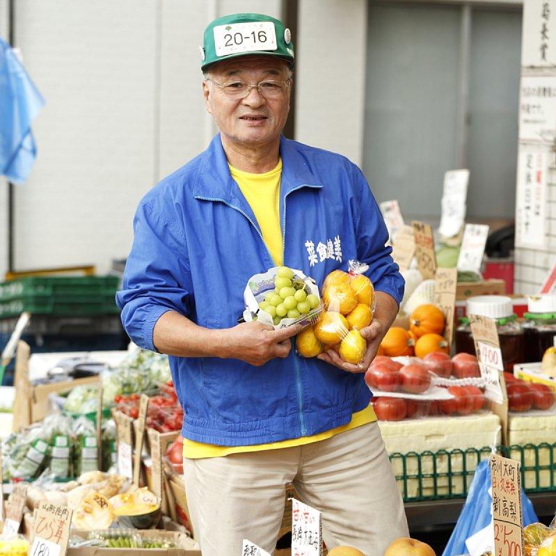 『杉本青果店』の店頭に立つ杉本晃章さん