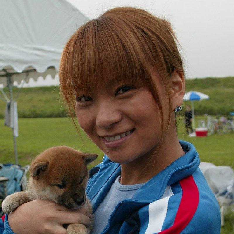子犬を抱っこする保田圭