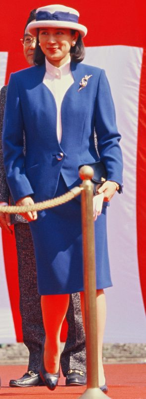 青いスーツ姿の雅子さま