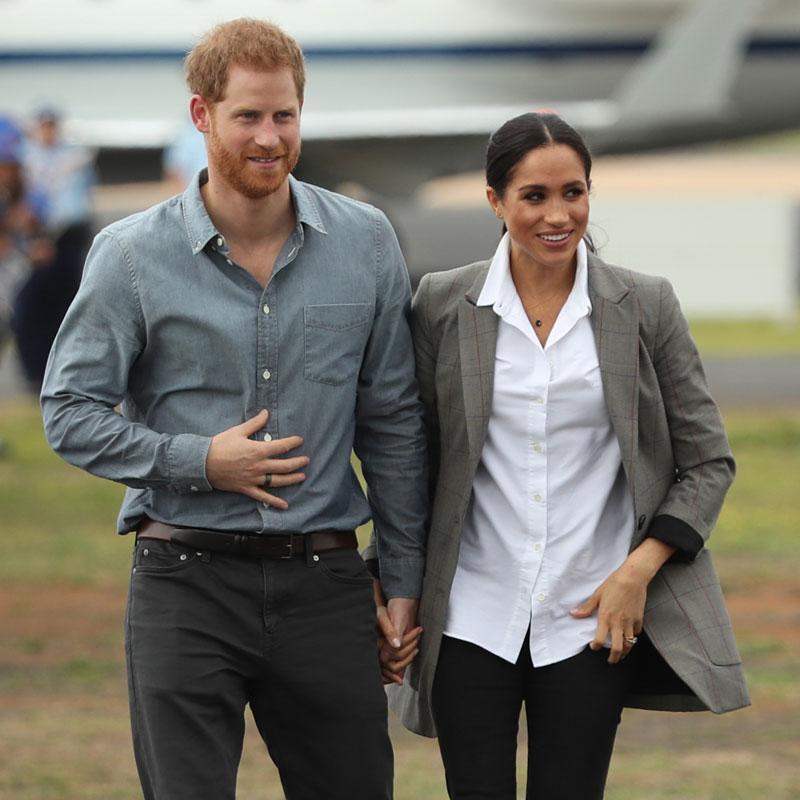 手をつなぐヘンリー王子とメーガン妃