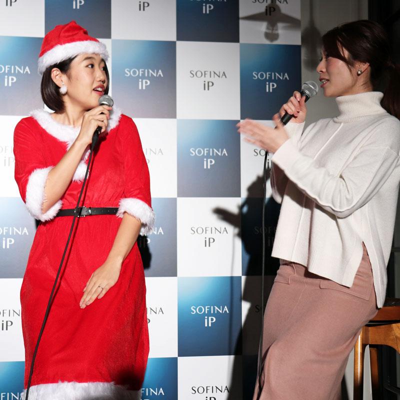 サンタクロース姿の横澤夏子と司会者の女性