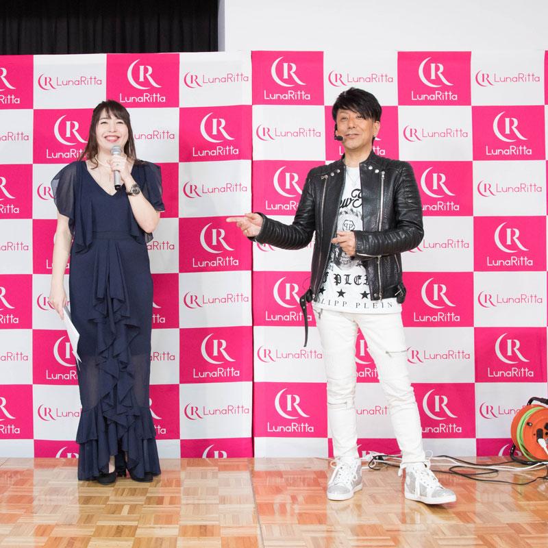 トークするヘアメイクアップアーティストの野沢道生さんと司会者の女性