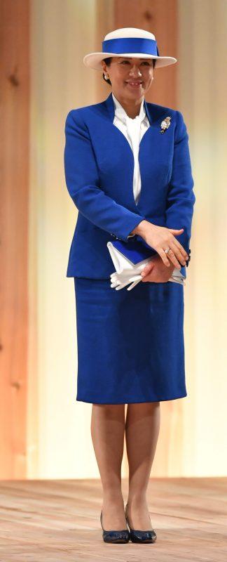 青いツーピースをお召しになった雅子さま
