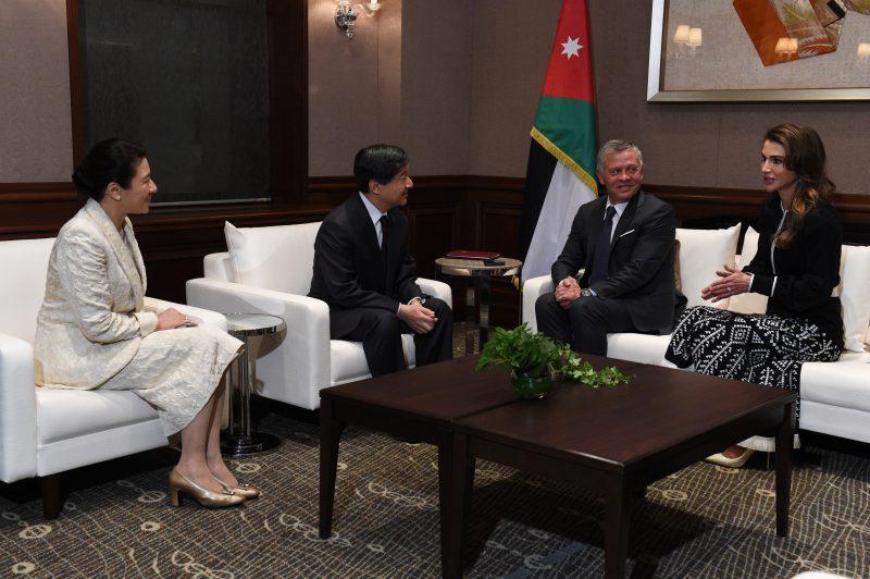 ヨルダン国王ご夫妻と皇太子さまご夫妻がソファーに座って談笑されている