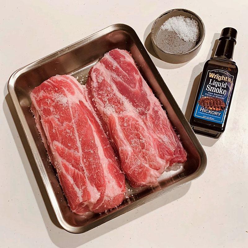 豚肩ロース塊肉2枚と瓶に入った塩