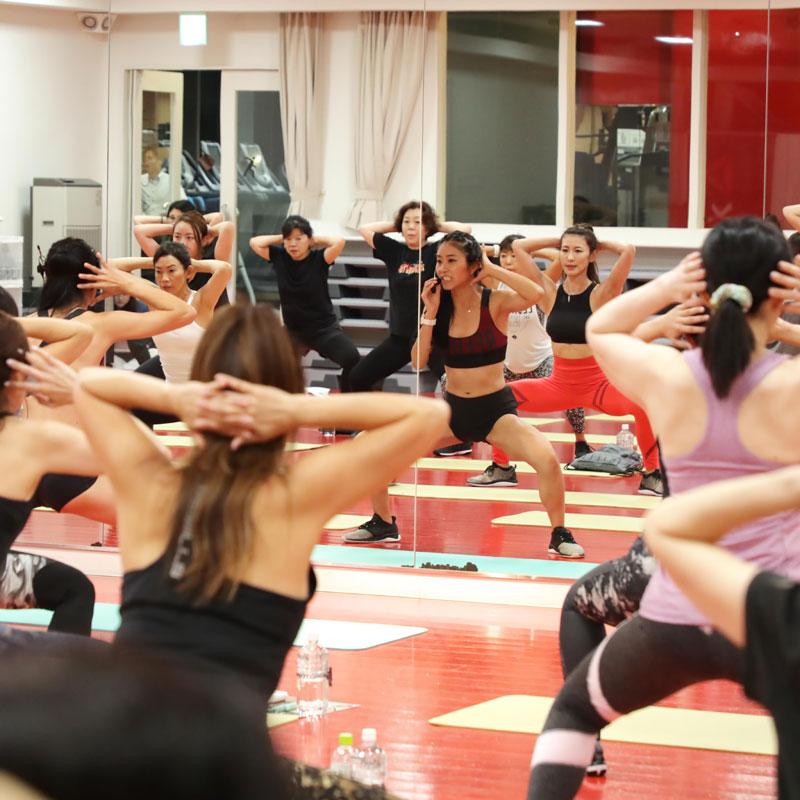 山口絵里加さんの美コアイベントで参加者がエクササイズをしている