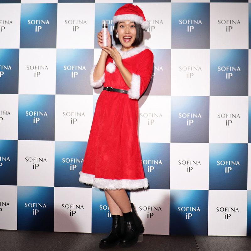 サンタクロース姿で『SOFINA iP ベースケア エッセンス』を持つ横澤夏子