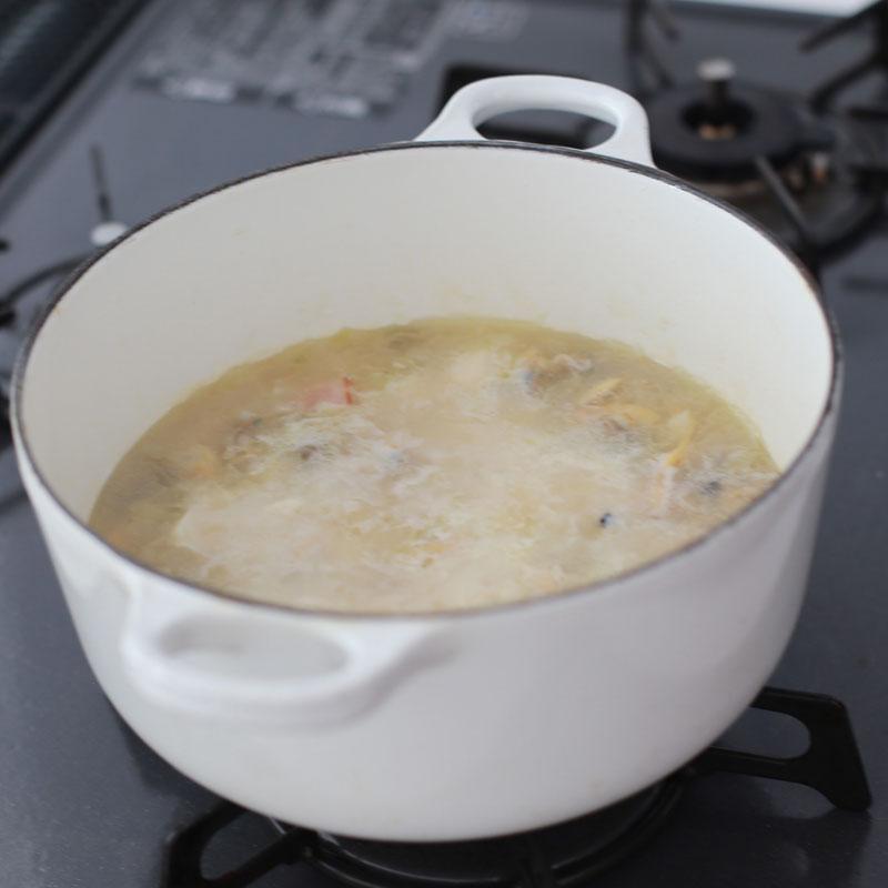 鍋に入った白いミネストローネ