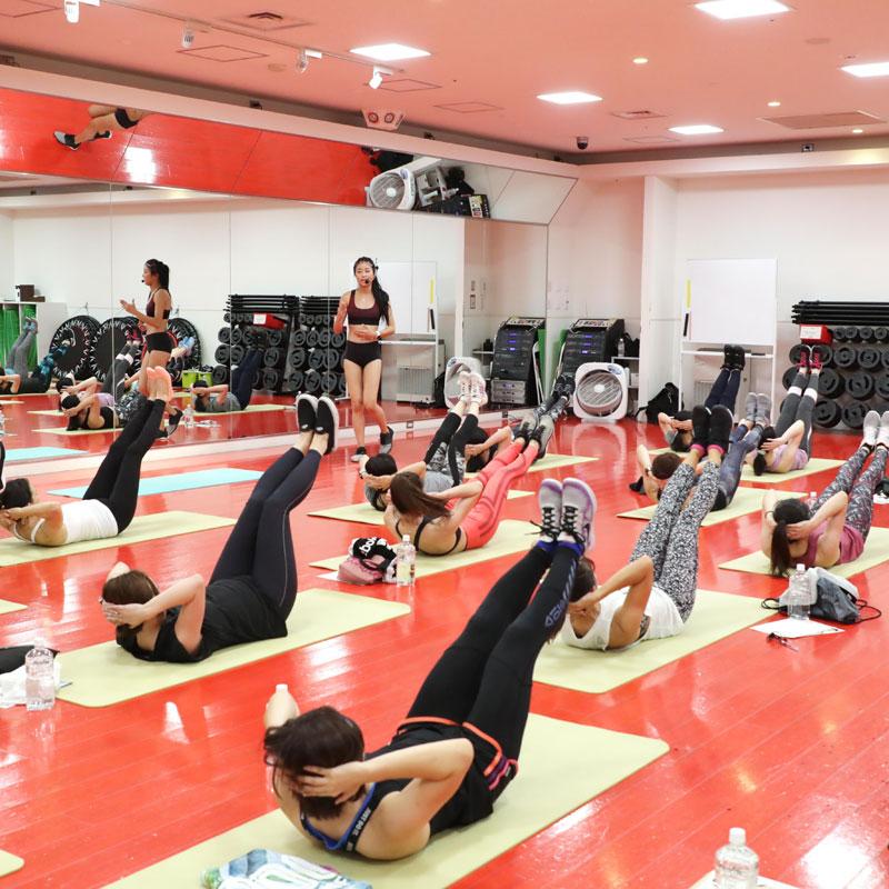 美コアイベントで指導する山口絵里加さんとエクササイズをする参加者たち
