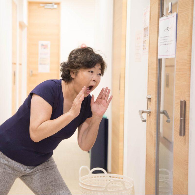 「ホットステップ」でレッスン中の教室の前で、呼びかけるオバ記者こと野原広子