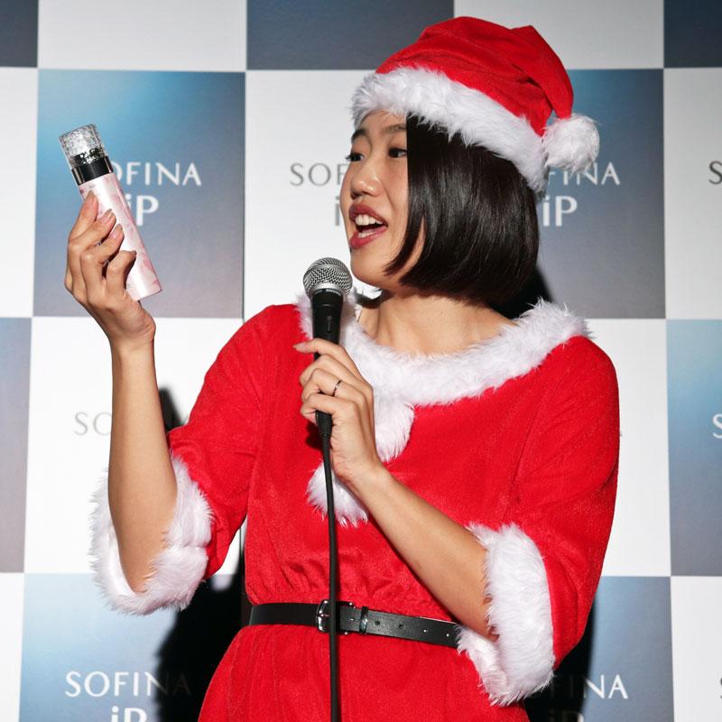 『SOFINA iP ベースケア エッセンス』を持つサンタクロース姿の横澤夏子