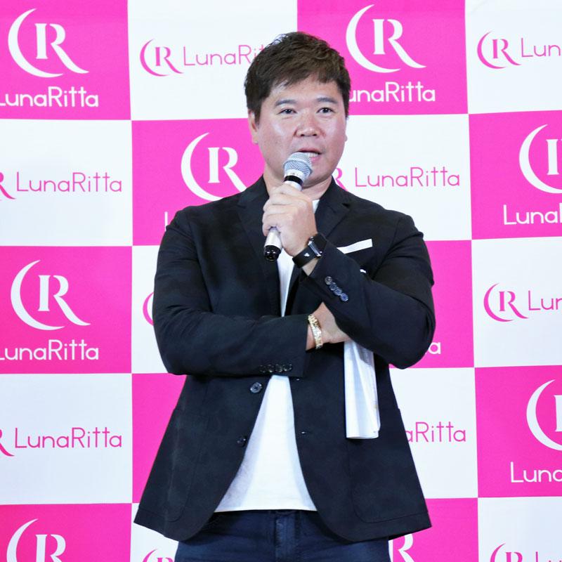 マイクを持って話す美肌コンサルタントの安藤孝一朗さん