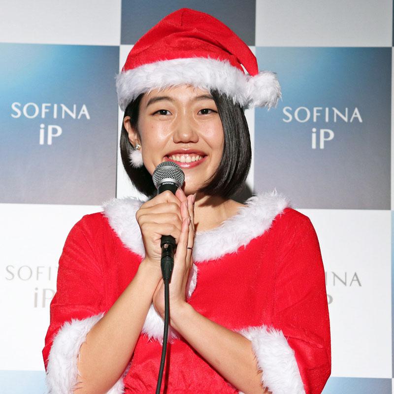 サンタクロース姿でマイクを持つ横澤夏子