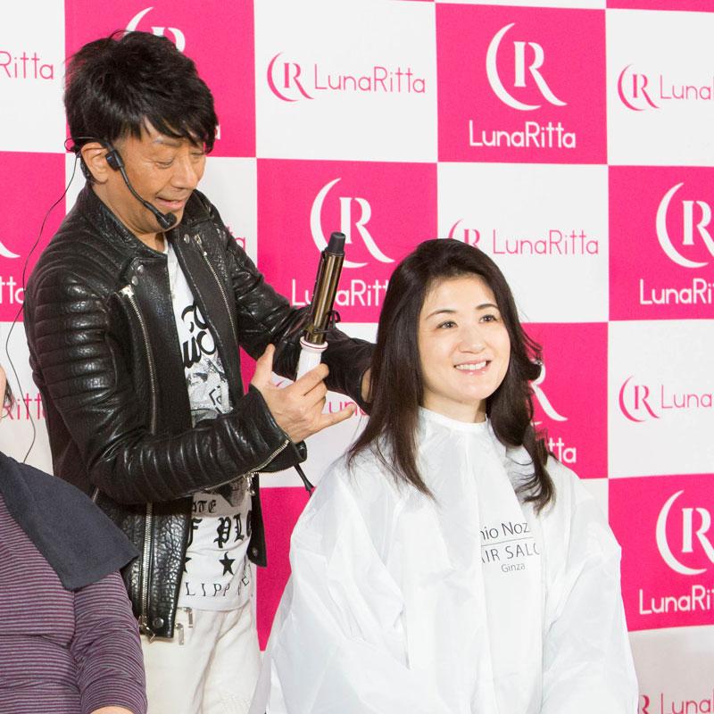 ヘアレンジするヘアメイクアップアーティストの野沢道生さん