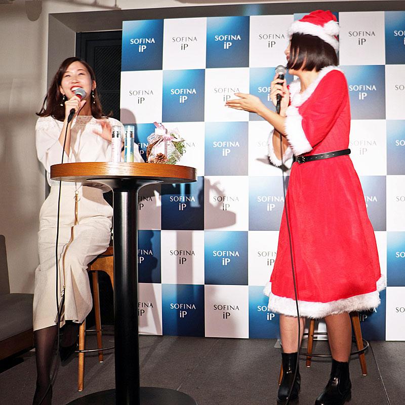 サンタ姿の横澤夏子と司会者の女性