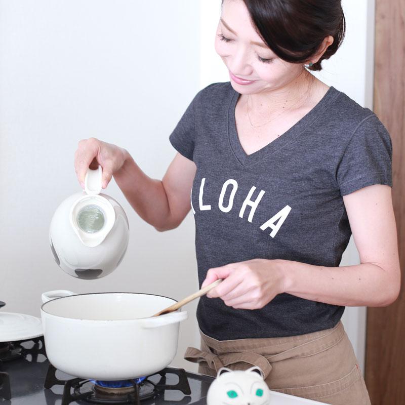 鍋に豆乳を入れる市橋有里