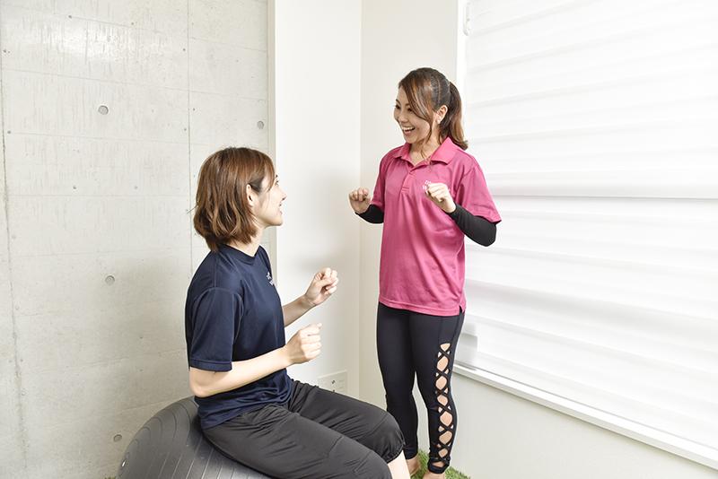 「WATRICK(ワトリック)」のインストラクター大西舞さんとバランスボールに座る体験者の女性