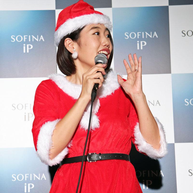 マイクを持って話すサンタクロース姿の横澤夏子