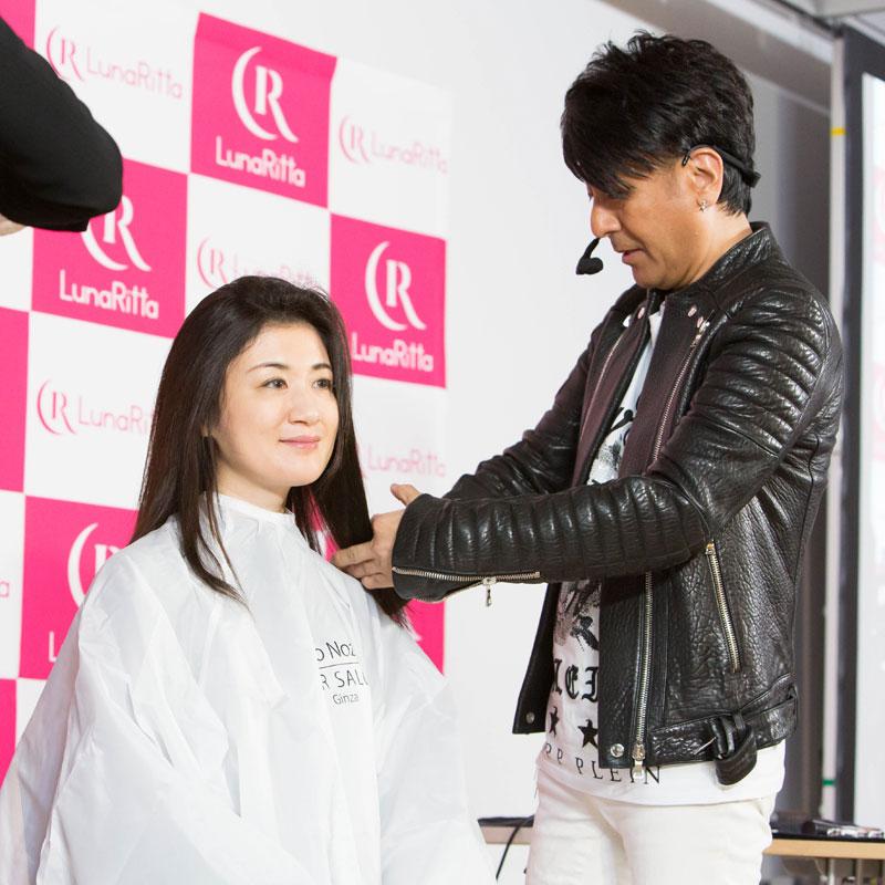 野沢道生さんが女性の髪を触っている