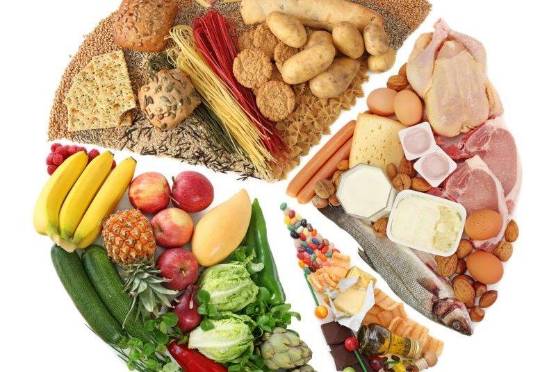 野菜、チーズ、ハムなどいろいろな食材が並べられている