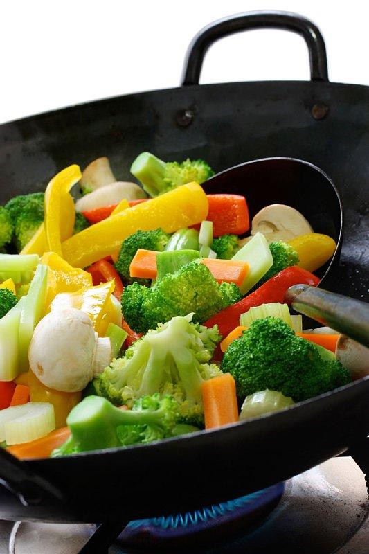 フライパンで炒めている野菜