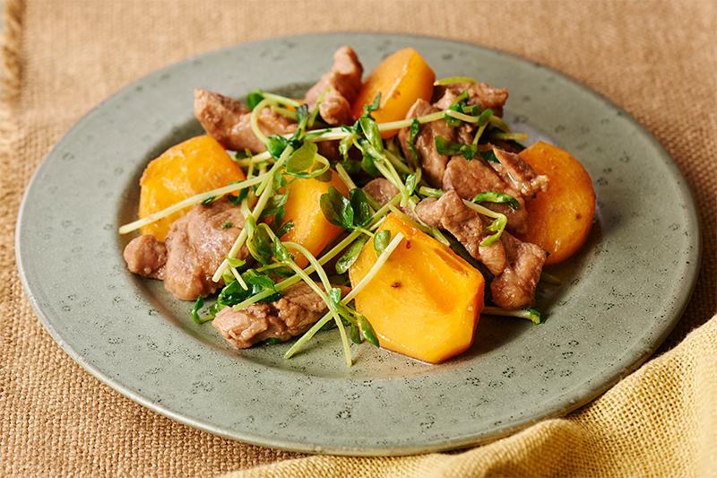 柿と豚肉のオイスター炒めが皿に盛り付けられている