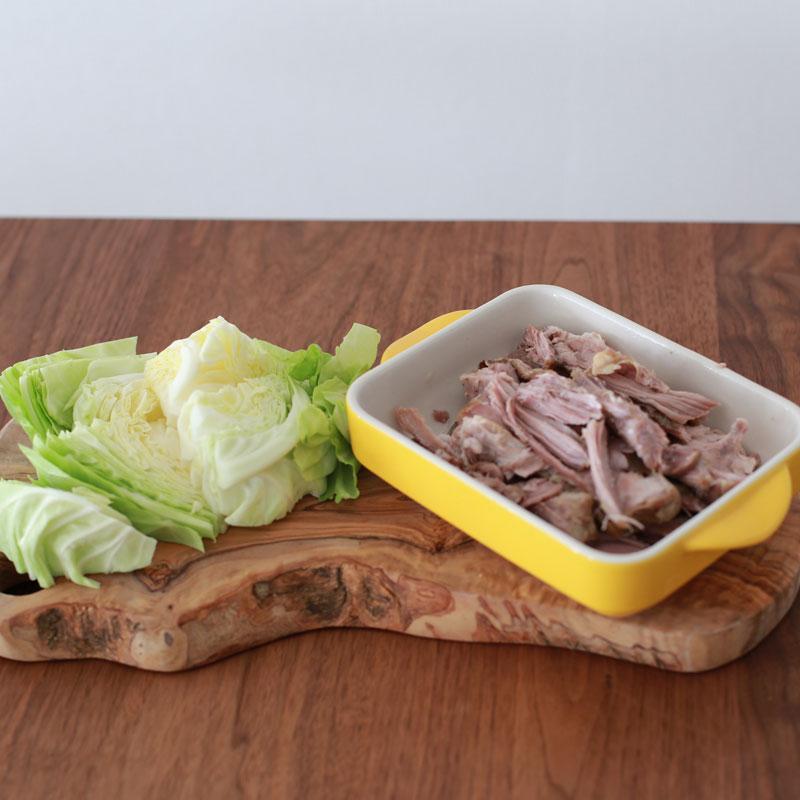 「カルアポーク」材料のキャベツと豚肩ロース塊肉
