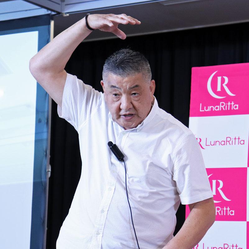 右手を上にあげた状態で説明する清水六観さん