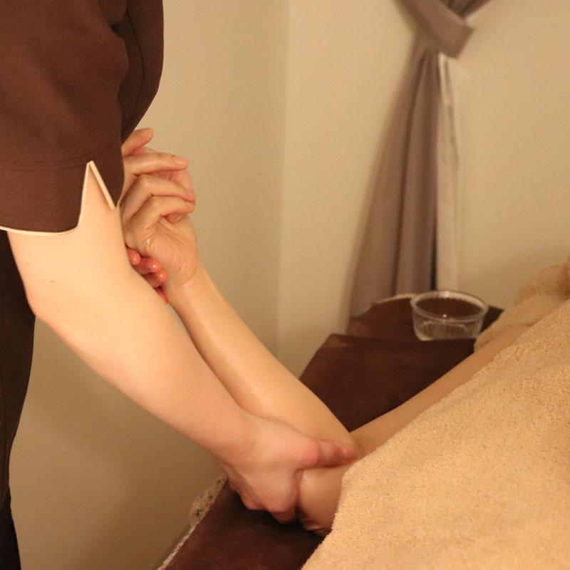 グランラフィネのグランアロマトリートメントを体験している女性の腕