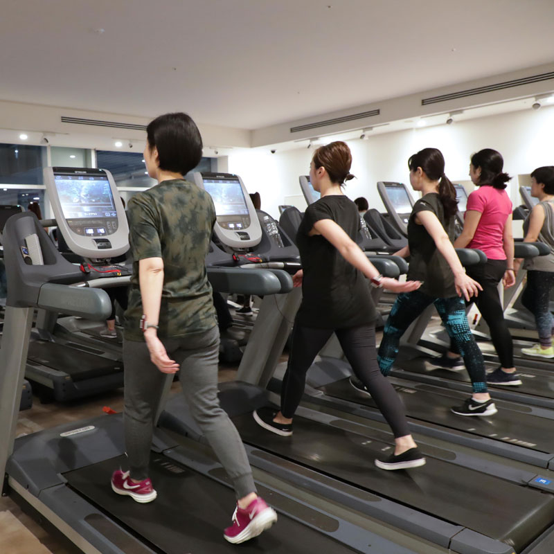 山口絵里加さんの美コアイベントでマシンでウォーキングする参加者たち