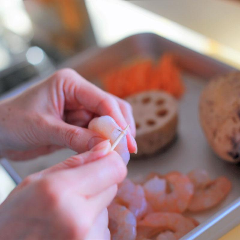 れんこん温活最強チヂミの材料、えびを調理する手