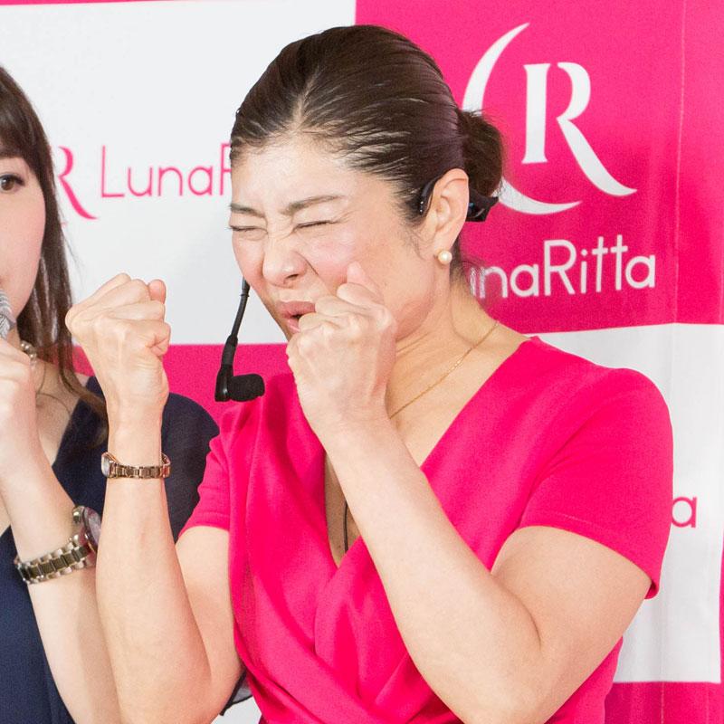 顔ヨガを見せる顔ヨガ講師の間々田佳子さん