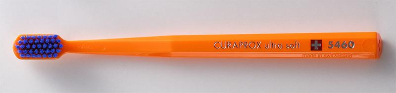 オレンジ色の柄に、青い毛の歯ブラシ