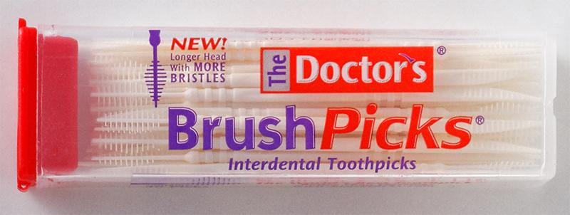 つまようじのようにとがった先と歯間ブラシが両端についているピックがケースに入っている