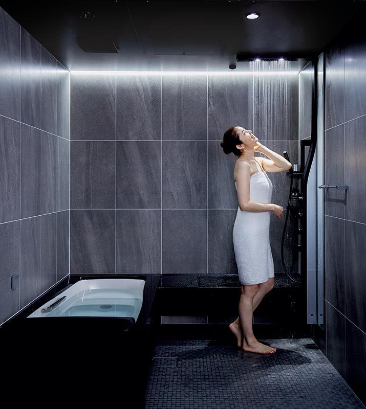 女性が『オーバーヘッドシャワー』を浴びてリラックスしている
