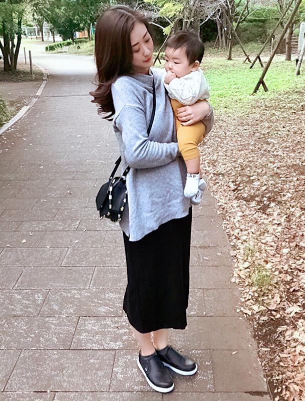 ファイングリップシューズを履いたママと、抱っこされる赤ちゃん
