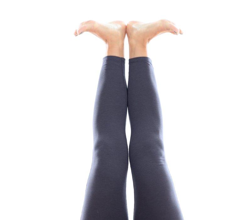 脚はそろえたままで、足先を外に開いている