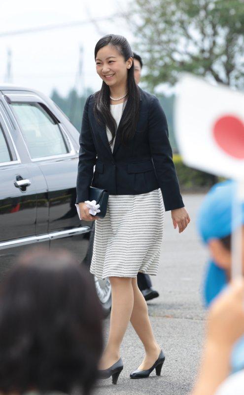 細いボーダー柄スカートに黒ジャケットスタイルで歩く佳子さま