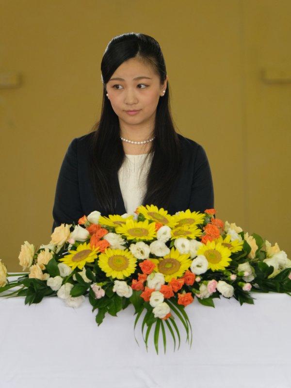 たくさんの花が飾られた壇に着席される佳子さま