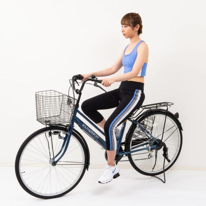 自転車に乗るトレーニングウエア姿の女性